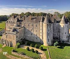 Le château de Meung sur Loire,  façade XIIIe s. L'un des plus vastes et des plus anciens Châteaux du Val de Loire, était jusqu'à la Révolution française, la prestigieuse résidence épiscopale des évêques d'Orléans.