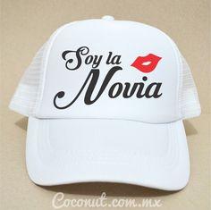 """Gorra de malla """"Soy la novia"""" Blanca disponible en www.coconut.com.mx Síguenos…"""