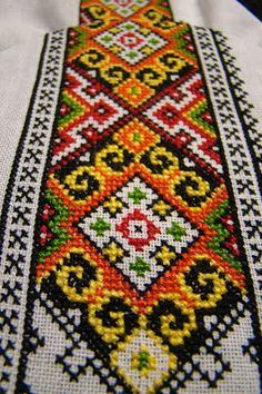 Bilderesultat for bringeduker til bunad Cross Stitch Geometric, Cross Stitch Rose, Cross Stitch Borders, Cross Stitch Flowers, Cross Stitch Designs, Cross Stitching, Cross Stitch Patterns, Folk Embroidery, Hand Embroidery Designs