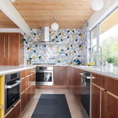 Modern Kitchen Backsplash, Modern Kitchen Design, Modern Retro Kitchen, Lake Superior, Kitchen Interior, New Kitchen, Kitchen Reno, Mid Century Modern Kitchen, Mid Century Kitchens