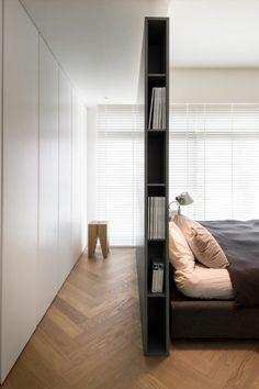 chambre-à-coucher-minimaliste-parquet-de-bois-tête-de-lit-haute-avec-rangement