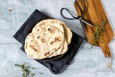 This tasty, light and fluffy easy naan bread recipe is ready in just 15 minutes with 4 ingredients! Easily vegan, gluten-free and a quick yeast free bread. Step by step picture tutorial. Quick Naan Bread Recipe, Homemade Naan Bread, Recipes With Naan Bread, Healthy Bread Recipes, Healthy Eats, Dairy Free Yogurt, Vegan Yogurt, Veggie Meal Plan, Gluten Free Naan