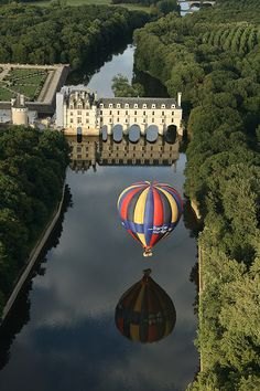 Chenonceau Castle and a ballon reflected on the Cher river, France (by kLe).