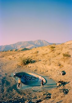 Photographer Tino Razo documents through beautiful pictures, a famous way to do skateboard in empty swimming pools in California, also with his friends. Tino is Backyard Skatepark, Swimming Pools Backyard, Empty Pool, Skate Surf, Skateboards, Portrait, Surfing, Landscape, Carver Skateboard