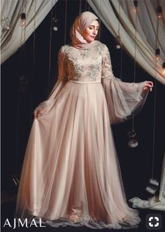 Go within a world filled with fantasy involving these chic soirée designs. These elegant hijab evening dresses presented by Ajmal's fashion house; Hijab Prom Dress, Dress Brukat, Hijab Gown, Hijab Evening Dress, Kebaya Dress, Evening Outfits, Evening Dresses, Party Dress, Muslim Wedding Dresses