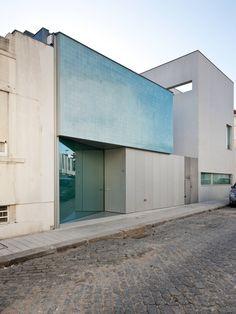 Das Architekturbüro Correia/Ragazzi baute ein Haus im Stil des Minimalismus und Purismus in Portugal.