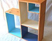 Color Block Bookcase Entertainment Unit - kirjahyllyn lokerot maalattu sisältä sinisellä ja valkoisella