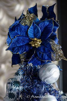 Beautiful Blue Christmas Tree Decorations (and 20+ Other Christmas Tree Decorating Ideas) Blue Christmas Tree Decorations, White Christmas Ornaments, Merry Christmas, Ribbon On Christmas Tree, Christmas Tree Toppers, Christmas Colors, Vector Christmas, Woodland Christmas, Elegant Christmas