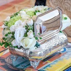 E as costas dela, também de flores ✨💐 para quem mais ama perfeição nos detalhes... o desenho de orquídea na prata foi criado para TH 😍 e faz parte do Guia de Presentes da @mariarudgealbuquerque #THporMariaRudge