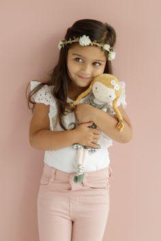 Bábika Little Dutch - Julia 35cm ❤️ Milá plyšová bábika 🥰 JULIA 🥰 je veľmi príjemná na dotyk a predáva sa v darčekovej krabičke, ktorá je zároveň aj jej domčekom. Skladom na predajni aj na eshope! Wooden Playset, Baby Gym, Toy Kitchen, Activity Cube, Wooden Dolls, Sit Up, Toys Online, Dutch, Kids Playing