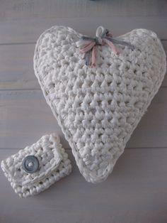 Kussen in de vorm van een hart. Gehaakt door HoHoHaak!