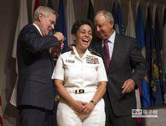 【238年首例! 美海軍出現女性4星上將】  美國海軍1日宣布,54歲女軍官霍華德(圖中)晉升為4星上將。(美聯社)