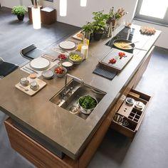 Herzstück der k7 Küche von TEAM 7 ist die stufenlos höhenverstellbare Kochinsel. Sie passt sich jeder Körpergröße an. Komfort der Extraklasse!