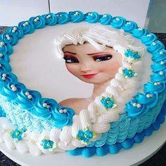 Como surpreendente é este bolo Elsa !!   Eu não tenho nenhuma idéia de quem é o criador original - se é seu deixe-me saber abaixo, mas eu tive que compartilhá-lo - é bonito !!