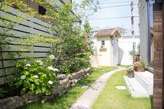 小さなL字のスペースをナチュラルで明るく自分らしい世界へ Garden Inspiration, Garden Ideas, Enjoy It, Garden Paths, Shed, Sidewalk, Construction, Exterior, Landscape