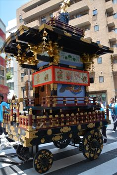 山車で有名なのは京都の祇園祭だと思いますが、東京だって皇居周辺でこんな山車が出るんですよ。モダンと歴史が一緒になるとっても素敵な日でした。普段は九段や市ヶ谷はビジネス街なので、サラリーマンさんやOLさんがビシっと歩いていますが、今日ばっかりは(6月10日)色とりどりで華やかでしたよ。山王祭でした。