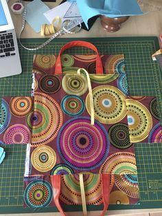 Vous avez été plusieurs à me demander le tuto, le voici ! Matériel nécessaire : marges de couture 1 cm comprises tissu extérieur : 1 carré de 34 cm x 34 cm (corps du sac) 2 rectangles de 12cm en hauteur x 14cm de largeur (côtés) 2 rectangles de 9cm x...