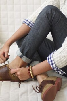 Brown oxfords, cuffed jeans, blue and white plaid, and creamy cable knit sweater. Love my OXFORDS! Looks Style, Style Me, Classic Style, Prep Style, Estilo Jeans, Looks Jeans, Look Fashion, Womens Fashion, Girl Fashion