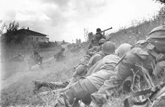This African-American combat patrol advanced three miles north of Lucca (furthermost point occupied by American troops) to contact an enemy machine gun nest. Here a bazooka-man cuts loose at the target some 300 yards distant 1944 Soldiers Returning Home, Italian Campaign, Japanese American, United States Army, American Soldiers, France, Military History, Ww2 History, Family History