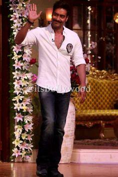 Ajay n kareena on the set on cnwk promoting singham returns