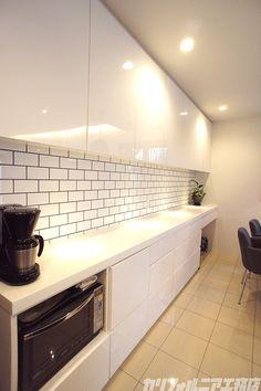 CALIFORNIA HOUSE#5   カリフォルニア工務店 Simple Kitchen Cabinets, Kitchen Tiles, Interior Photo, Interior Ideas, California Homes, Backsplash, Sweet Home, House Design, Room