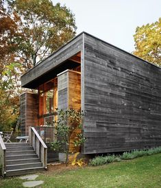 Bates Masi's renovation and expansion of Harry Bates's 1967 house in Amagansett, New York, salvaged much of the home's original cypress decking and incorporated subtle additions to the exterior. Architecture Résidentielle, Wood Siding, Green Life, House Tours, Future House, Modern Design, Modern Contemporary, House Design, Long Island