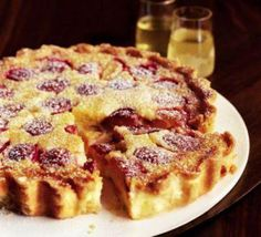 Limoncello plum tart: A melt-in-the-mouth dessert that can be prepared ahead Plum Recipes, Tart Recipes, Sweet Recipes, Baking Recipes, Fun Desserts, Delicious Desserts, Dessert Recipes, Sweet Pie, Sweet Tarts