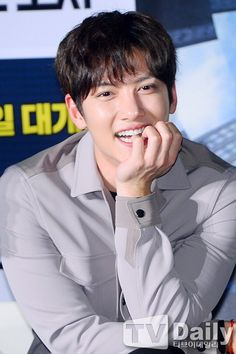 """Continuing with promotions for """"Fabricated City"""", Ji Chang Wook was at a movie showcase yesterday February) with co-stars Shim Eun Kyung, Ahn Jae Hong, Kim Sang Ho and Oh Jung Se. Ji Chang Wook 2017, Ji Chang Wook Smile, Ji Chan Wook, Hot Korean Guys, Korean Men, Korean Wave, Korean Star, Dramas, Ji Chang Wook Photoshoot"""
