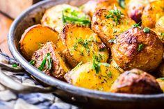 Kívül ropog, belül lágy. Íme a titok! Perfect Roast Potatoes, How To Cook Potatoes, Cubed Potatoes, Crispy Potatoes, Roasted Potatoes, Potato Dishes, Potato Recipes, English Roast, Gourmet Recipes