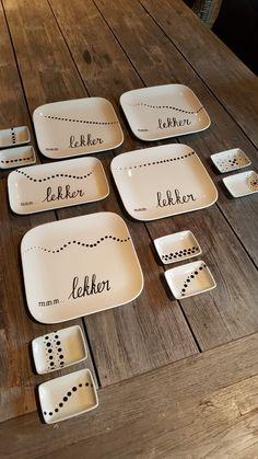 Servies versieren met porseleinstift bij www.creabymoos.nl Pottery Painting, Ceramic Painting, Ceramic Art, Porcelain Pens, Porcelain Ceramics, Cup Decorating, Lenotre, Sharpie Crafts, Diy Presents