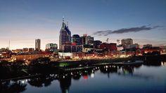 Die Skyline von Nashville, Tennessee zur Nachtdämmerung sollte man auf einer Südstaaten-Tour nicht verpassen. (Bild: pixabay.com) #usamietwagentips #usa #nashville