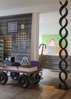 O carrinho de estoque industrial era a base do berço de Aly, criado pelo Estúdio 20.87, e agora apoia livros de arte. A escultura é de Joaquim Tenreiro - Fotos Otavio Dias