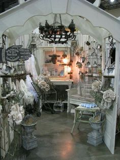 Antique Show Display-Whites Gift Shop Displays, Vintage Store Displays, Antique Booth Displays, Flea Market Displays, Antique Booth Ideas, Antique Mall Booth, Flea Market Booth, Vintage Display, Craft Show Displays
