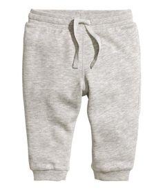 CONSCIOUS. Bukser i blød sweatshirtkvalitet af økologisk bomuld. Bukserne har elastik og snøre i taljen og ribkant nederst på benene. Børstet inderside.