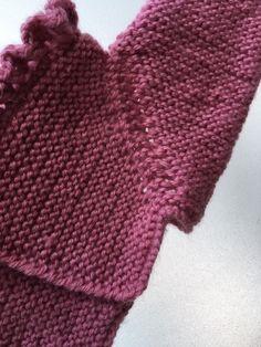 Patrón faldón bebé talla 0-3 meses con canesú a punto - Costurea Blog Baby Knitting, Crochet Baby, Knit Crochet, Baby Cardigan, Couture, Fingerless Gloves, Arm Warmers, Clothes, Lana