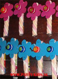 bloem traktatie met speeltje    Benodigdheden  Lange spek  *Kleine jojo  *Gekleurd potlood  *Doorzichtig folie  *Plakband (dubbelzijdig en gewoon)