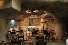 """8. la Gruta de Getsemaní o Cueva del Prendimiento, lugar de la traición y del arresto de Jesús: """"Y el que le entregaba les había dado señal, diciendo: Al que yo besare, aquél es; prendedle"""" (Mt. 26, 48), se encuentran muy cerca de la basilica de getsemani, La gruta mide unos 19 metros de largo por unos 10 de ancho. Algunos vestigios arqueológicos permiten pensar que era utilizada como vivienda temporal o como almacén."""