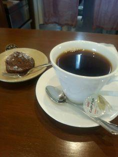 喫茶店でコーヒーとお菓子いただいています。