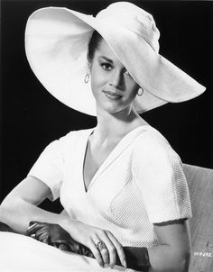 Jane Fonda.  So classy and I love that hat.  Want one in black for the beach!   ♡