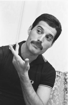 Freddie Mercury of Queen, interview and photo session for 'Music Life' magazine, on the band's Hot Space Japan tour at a hotel in Fukuoka, Japan, 19 October It was the band's fifth visit to Japan. Discografia Queen, Queen Band, Queen Freddie Mercury, John Deacon, Freddie Mercuri, Bryan May, El Rock And Roll, Roger Taylor, We Will Rock You