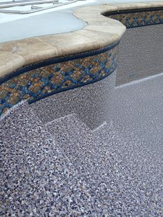 Sandstone vinyl pool liner with travertine coping