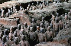 """El desmesurado poder Qin Shi Huang solo tenía un límite: la muerte.El primer emperador de China, el """"señor de los diez mil años"""", el hijo del sol, el señor de todas las tierras, los cielos y los elementos descubrió tempranamente que solo la inmortalidad estaba fuera del alcance de sus manos.Y por eso"""