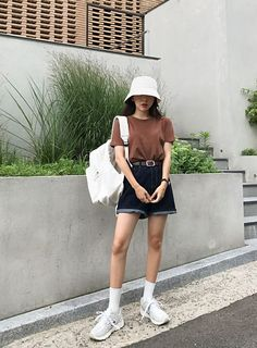 6 Ways to Look Cool With Bucket Hat Trend fashion often changes every year. In recent years, bucket hats have become popular hat accessories. Bucket hats also known as fishermen hat or c. Moda Aesthetic, Aesthetic Clothes, Outfits With Hats, Retro Outfits, Mode Streetwear, Streetwear Fashion, Asian Fashion, Retro Fashion, Vintage Fashion