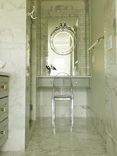1- Espelho Veneziano grande na penteadeira desse banheiro dos sonhos! Se tem uma pessoa que ama espelhos na decoração, essa pessoa...