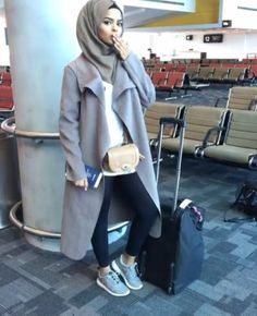 hijabi-traveling-style- How to wear trench coat with hijab… Modest Outfits, Modest Fashion, Hijab Fashion, Fashion Muslimah, Style Fashion, Casual Hijab Outfit, Hijab Chic, Grey Outfit, Muslim Women Fashion