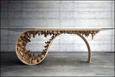 Эффектный стол с классической стеклянной столешницей