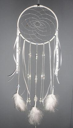 RESERVE pour Laure. Attrape-rêves blanc, dreamcatcher, bijou d'intérieur, plumes, perles et ficelle