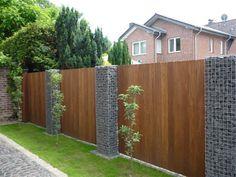 Steenkorven als erfafscheiding Fence Landscaping, Backyard Fences, Modern Fence Design, Garden Privacy, Garden Yard Ideas, Backyard Lighting, Garden Landscape Design, Outdoor Gardens, Grasses