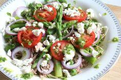 Met deze salade zet je een smaakvol en mooi gerecht op tafel. Het is eenvoudig en snel gemaakt, ideaal als je met Pasen niet uren in de keuken wilt staan. Frisse kleuren passen perfect bij een lente gerecht, het groene van de asperges steekt prachtig af bij het helder rode van de tomaat en het …