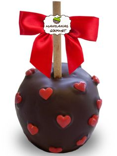 Manzana envuelta de caramelo con capa de chocolate semiamargo, decorada con corazones de azúcar.